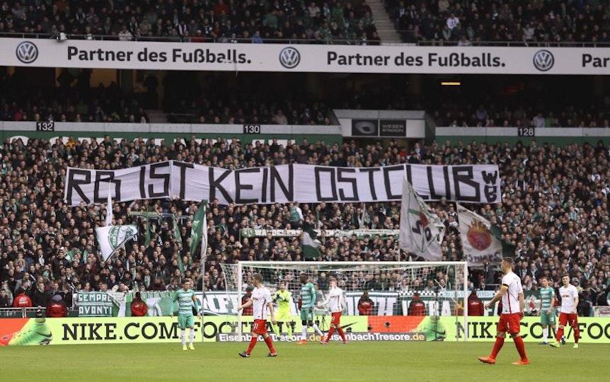 Bremer Fans plakatieren gegen RB Leipzig