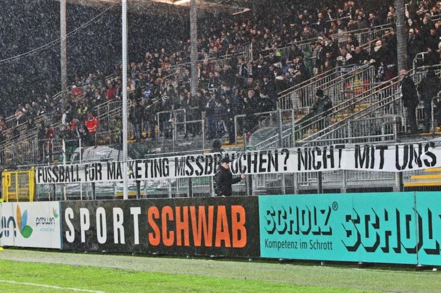 Protest gegen RB Leipzig gab es in Aalen schon 2014 beim letzten Besuch. Diesmal berichtet die Polizei von Vandalismus.