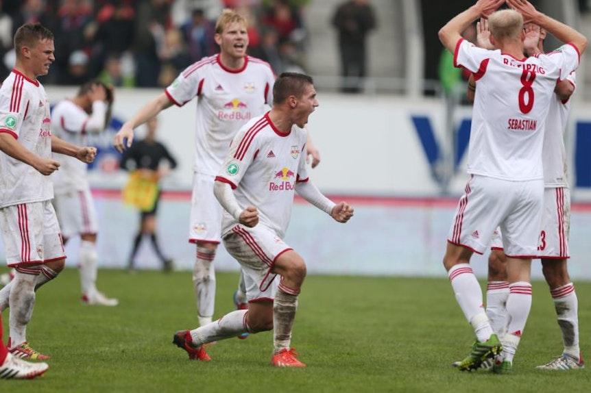 Im Bild: Schlussjubel RB Leipzig. V.l.: Joshua Kimmich, Fabian Franke (hi.), Daniel Frahn und Tim Sebastian.