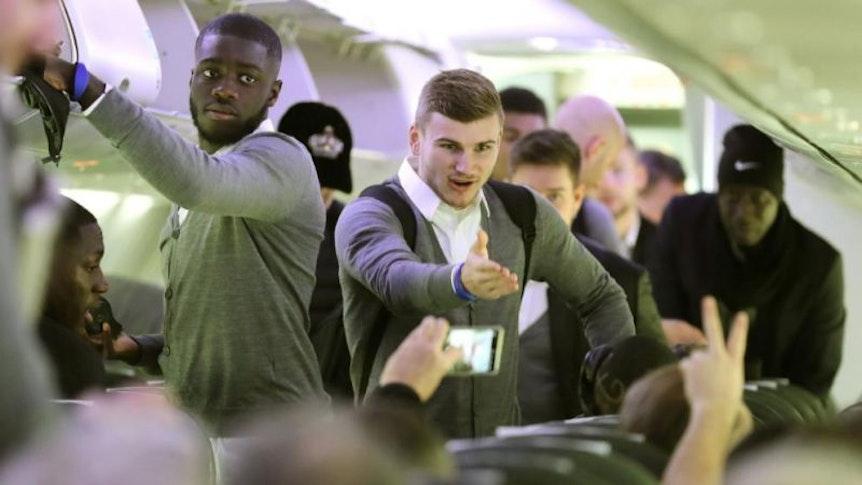 RB Leipzig ist in Neapel gelandet. Timo Werner und Dayot Upamecano im Flugzeug.