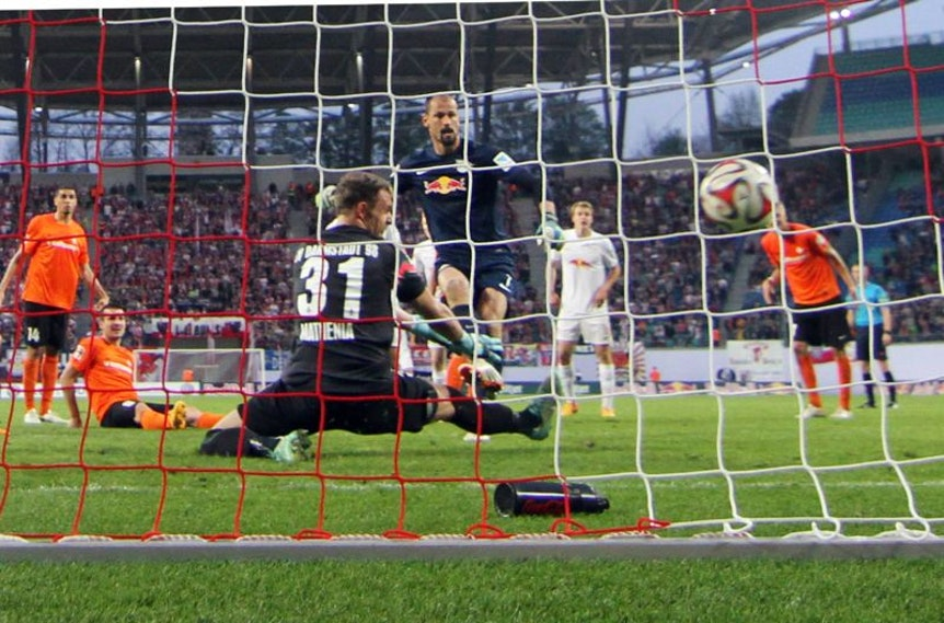 RB Leipzig vs. SV Darmstadt 98 , Tor für Leipzig, Treffer zum 2:1 durch Torschütze Torhüter Fabio Coltorti (hi:) gegen Darmstädter Torhüter Christian Mathenia (vorn.) / Torhütertor.
