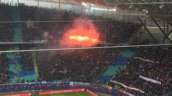 Hamburger SV antwortet mit Pyro und Pfiffen auf Banner von RB Leipzig Fans.