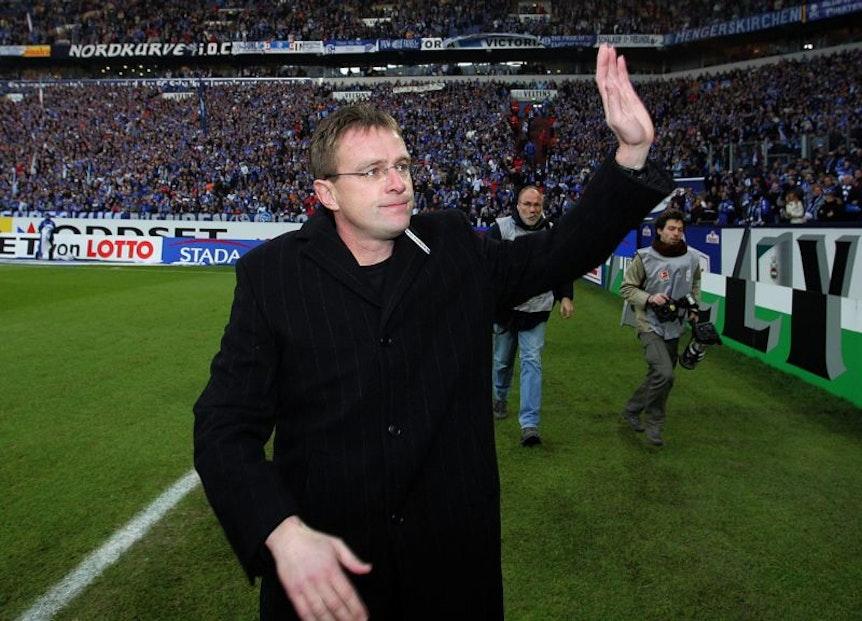 Legendär: Ralf Rangnick geht vor einem Heimspiel auf Schalke auf Ehrenrunde und wird zwei Tage später gefeuert.