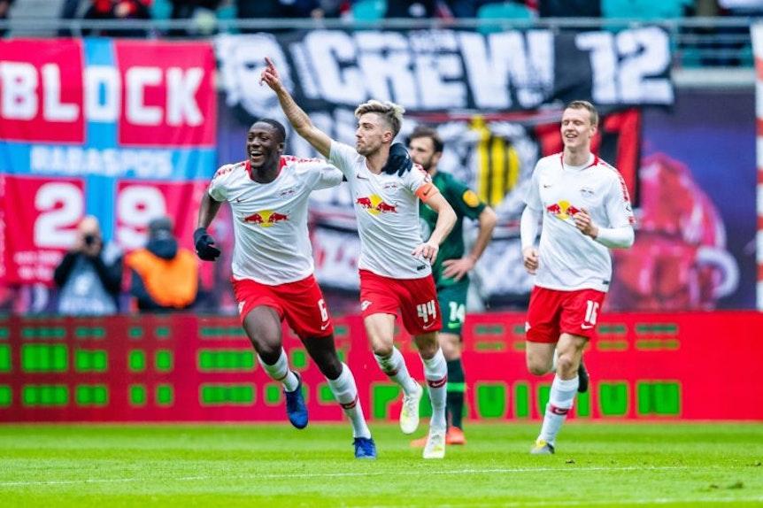 Eskorte für RB-Torschütze Kevin Kampl im Spiel gegen Wolfsburg.
