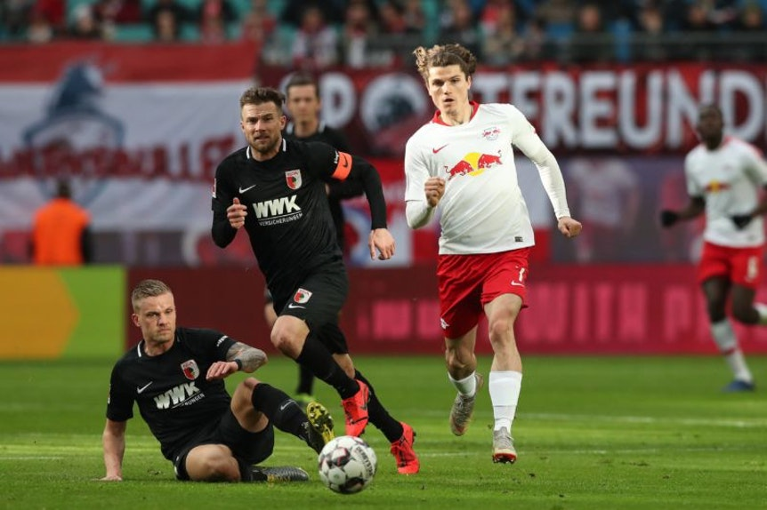 Auch kein Lichtblick: Marcel Sabitzer gegen Augsburgs Daniel Baier und Philipp Max (von rechts,