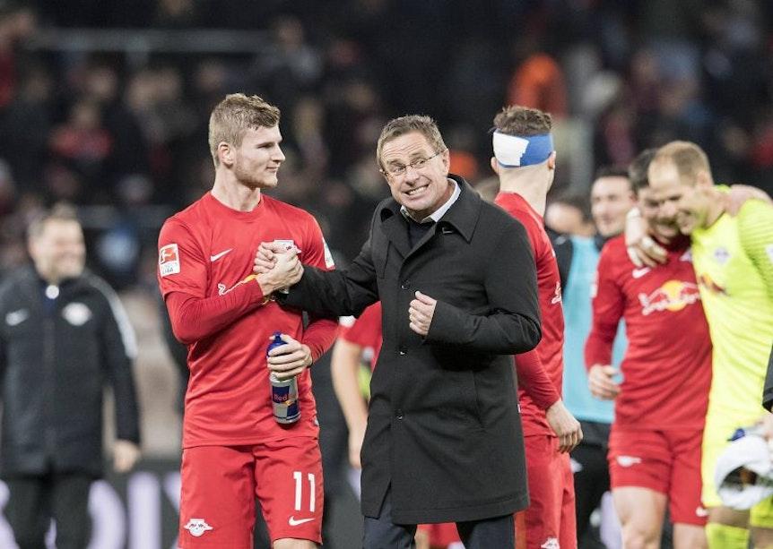 Ralf Rangnick (rechts) würde sich freuen, wenn er Timo Werner noch ganz lange nach Spielen von RB Leipzig abklatschen dürfte.