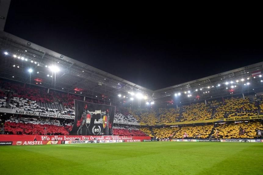 Fans schmücken Stadion mit Blockfahnen.