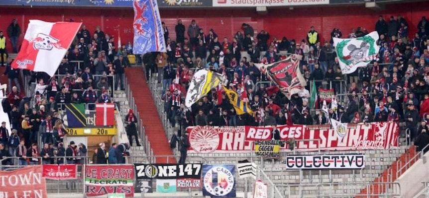 Zahlreiche Fangruppen, deren Banner auch bei den Auswärtsspielen von RB Leipzig hängen, fühlen sich von ihrem Verein nicht ernst genommen.