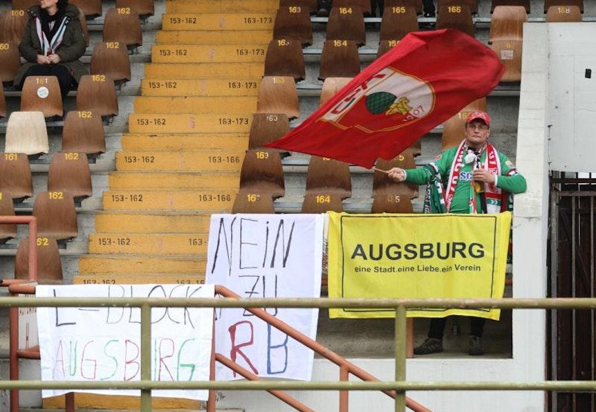 Augsburger Fan alleine mit der Fahne
