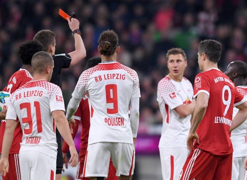 Spielentscheidende Szene nach Videobeweis: Rot gegen Willi Orban