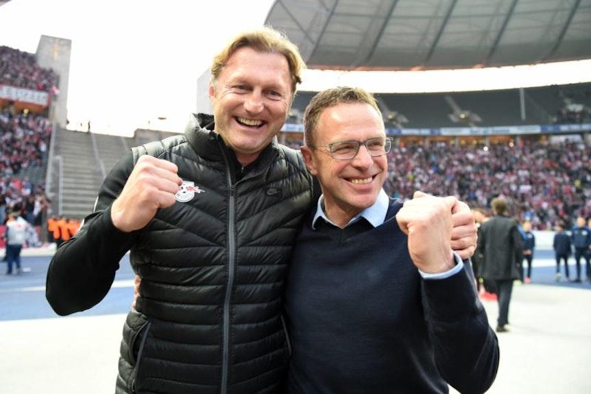 So war es vor einem Jahr: Ralf Rangnick freut sich mit Trainer Ralph Hasenhüttl über den Sieg in Berlin und die Champions League.