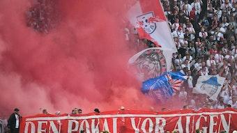 Fans von RB Leipzig zünden beim DFB-Pokal-Endspiel eine Rauchbombe.