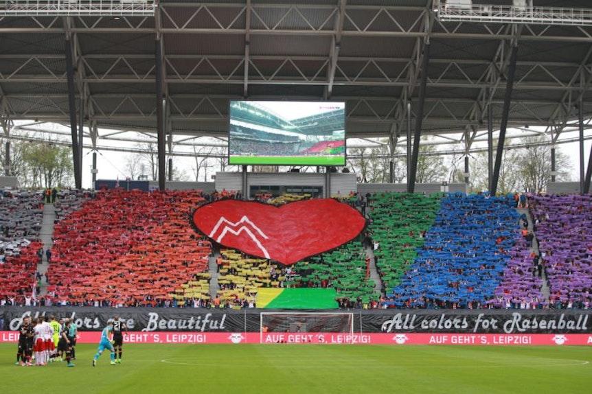 Regenbogen-bunt: Auf den Rängen setzen sich die Fans von RB Leipzig für eine vielfältige Gesellschaft ein, auf dem Rasen ist das kein Thema