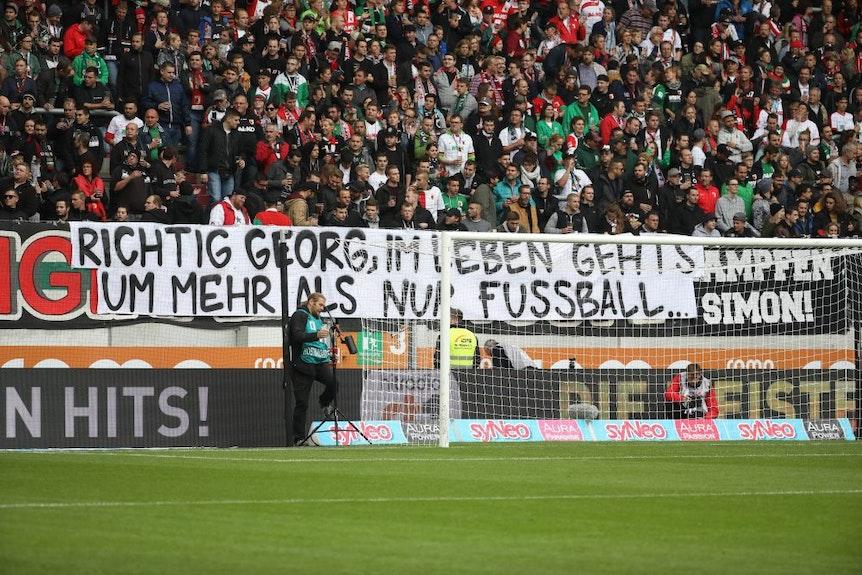 Fanblock Augsburg, Transparent gegen Georg Teigl, ehemaliger Spieler von RB Leipzig.