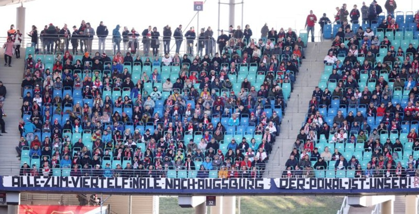 Die Fans von RB Leipzig freuen sich auf das DFB-Pokalspiel in Augsburg.
