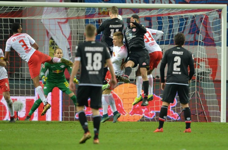 Standardschwäche: RB Leipzig fängt sich gegen Mainz 05 den späten Ausgleich nach Freistoß durch Emil Berggren.