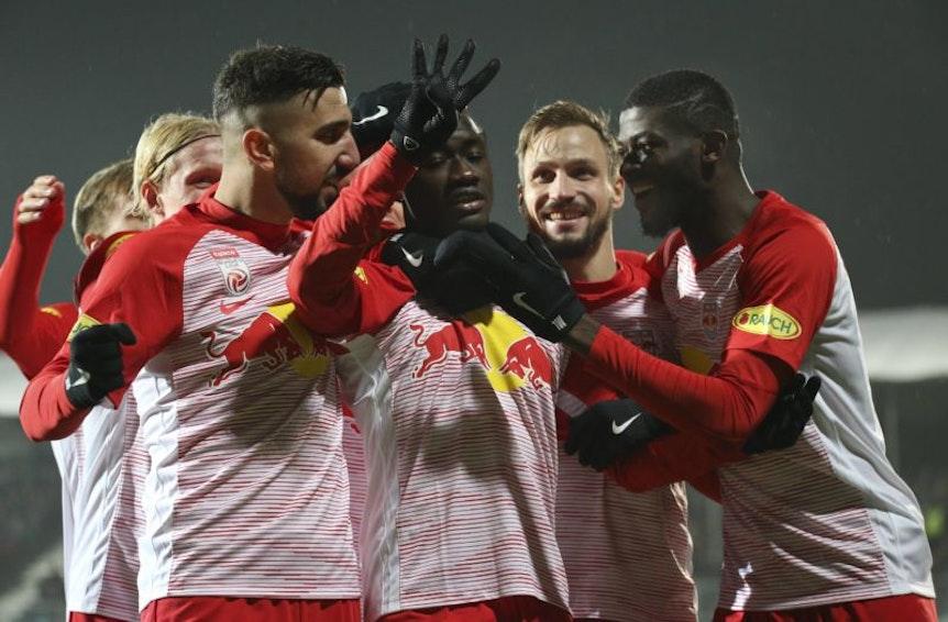 Diadie Samassekou bringt Red Bull Salzburg in Führung und schickt sofort einen Gruß an den verletzten Amadou Haidara.