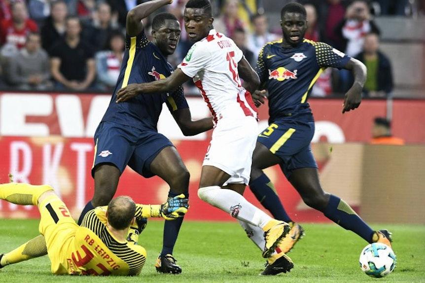 Ibrahima Konaté gegen Kölns Sturmtank Jhon Cordoba, Dayot Ipamecano schaut zu (von links,