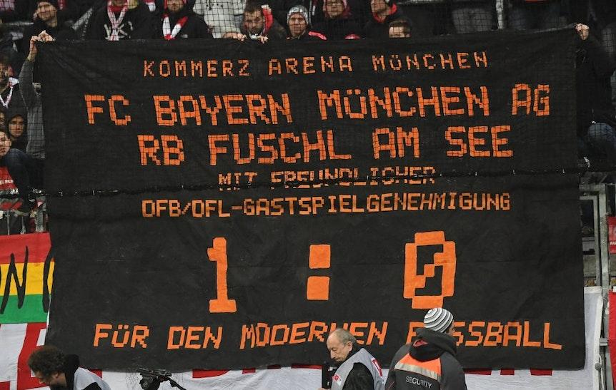 Bedroht die Kommerzialisierung das Fußballspiel? Spruchband der Bayern-Fans.