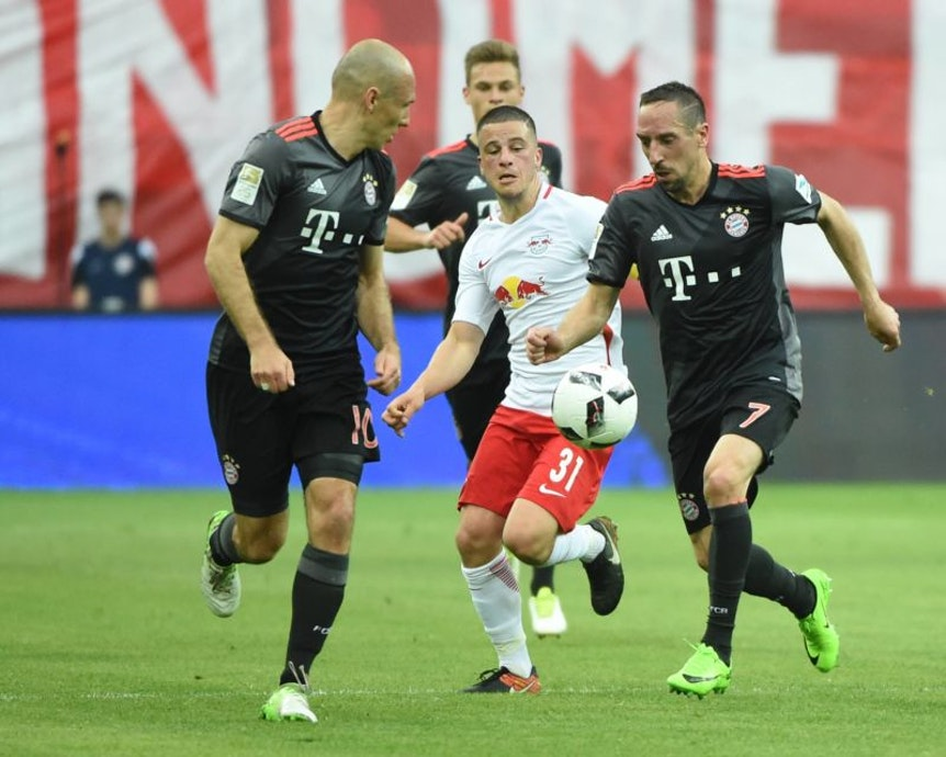 In der Flügelzange: Diego Demme gegen Arjen Robben und Franck Ribery, Kumpel Joshua Kimmich schaut zu
