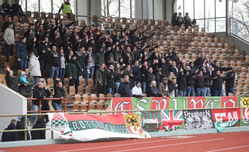 Augsburger Fans auf der Tribüne