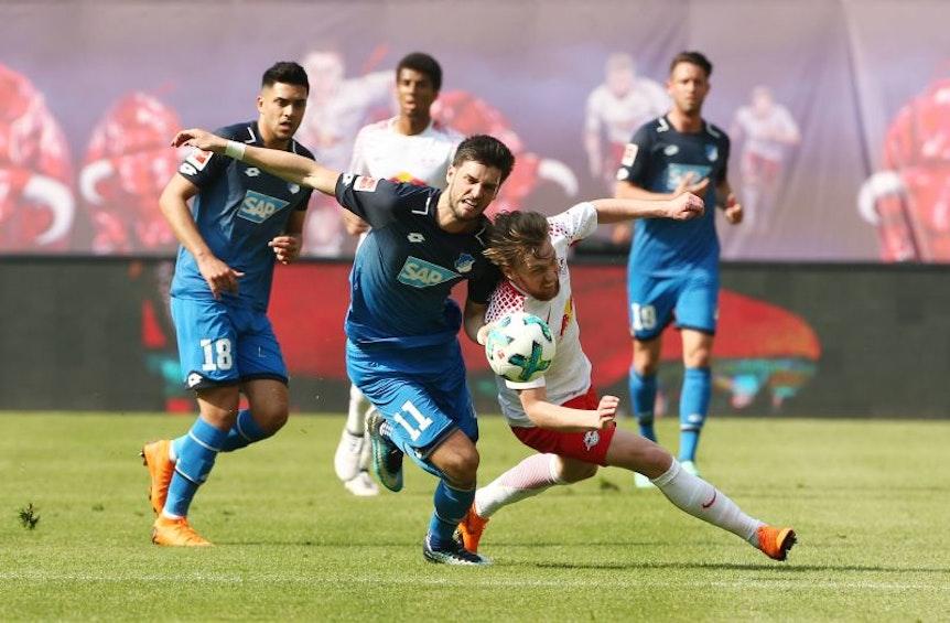 Abschied mit Platzverweis? Gegenspieler Florian Grillitsch hält Emil Forsberg