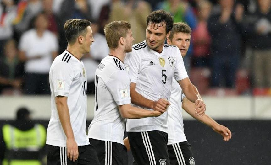 Mats Hummels gratuliert Timo Werner zum 4:0 gegen Norwegen.
