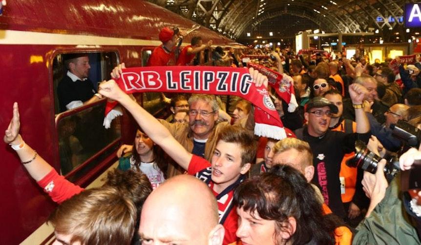 Regionalligist RB Leipzig konnte durch ein 2:2 Unentschieden bei den Sportfreunden Lotte den Aufstieg in die 3. Liga perfekt machen. , Bei der Ankunft auf dem Leipziger Hauptbahnhof wurden die Leipziger von ihren Fans frenetisch gefeiert.