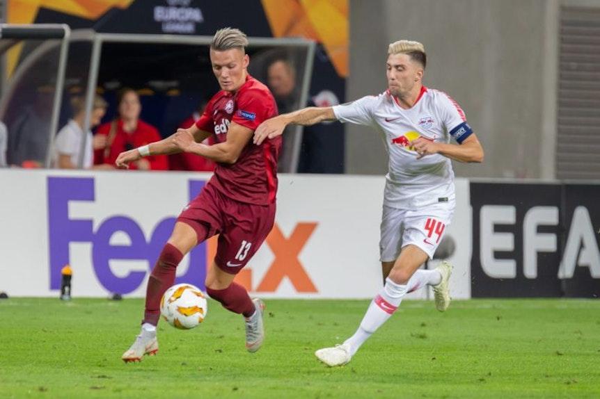 Leipzigs Kevin Kampl verfolgt Salzburgs Hannes Wolf.