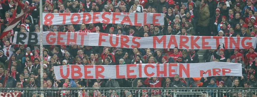 """FC Bayern Fans mit Banner """"8 Todesfälle, RB geht für Marketing über Leichen"""""""