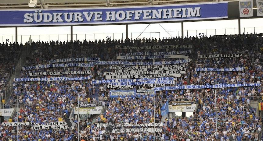 Hoffenheimer Bannerparade beim Spiel gegen RB Leipzig.