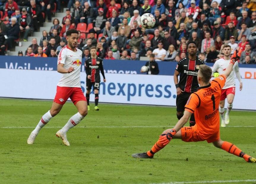 Perfekter Abschluss: Matheus Cunha trifft cool per Lupfer zum 4:2 für RB Leipzig in Leverkusen.