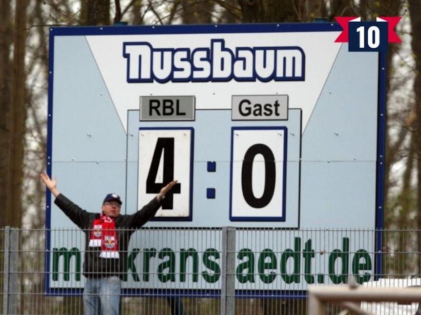 Die Anfänge von RB Leipzig mit händischer Anzeigetafel und handverlesenen Fans.