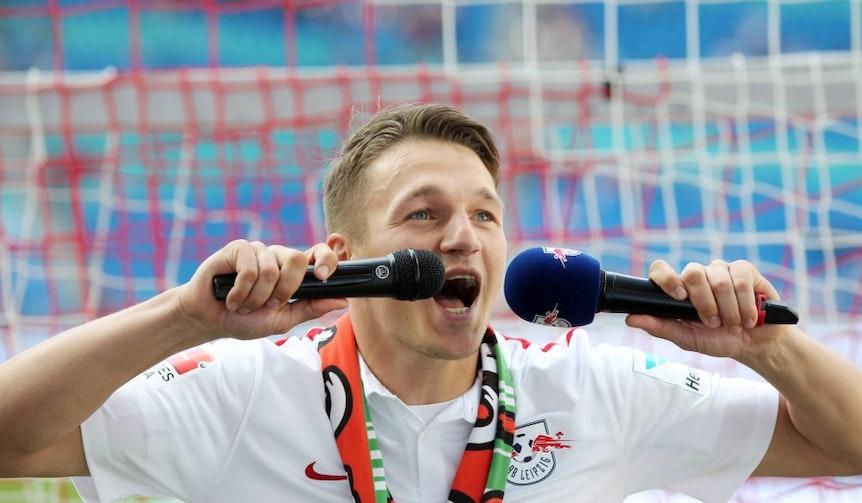 Daniel Frahn feiert 2015 nach dem Spiel gegen Fürth ein letztes Mal mit den Fans.