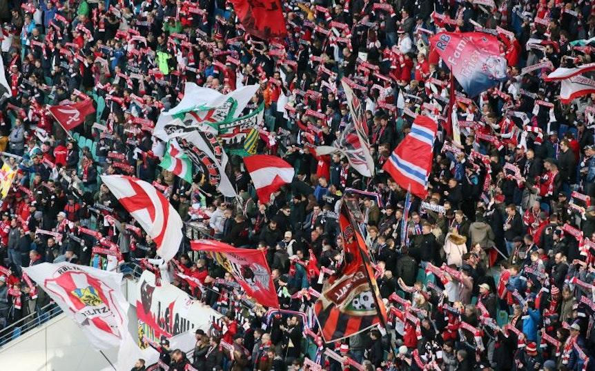 Auf Seiten der Anhänger von RB Leipzig ist beim Spiel gegen Bayer Leverkusen vielleicht nicht so viel Fahnenschwenken wie sonst.