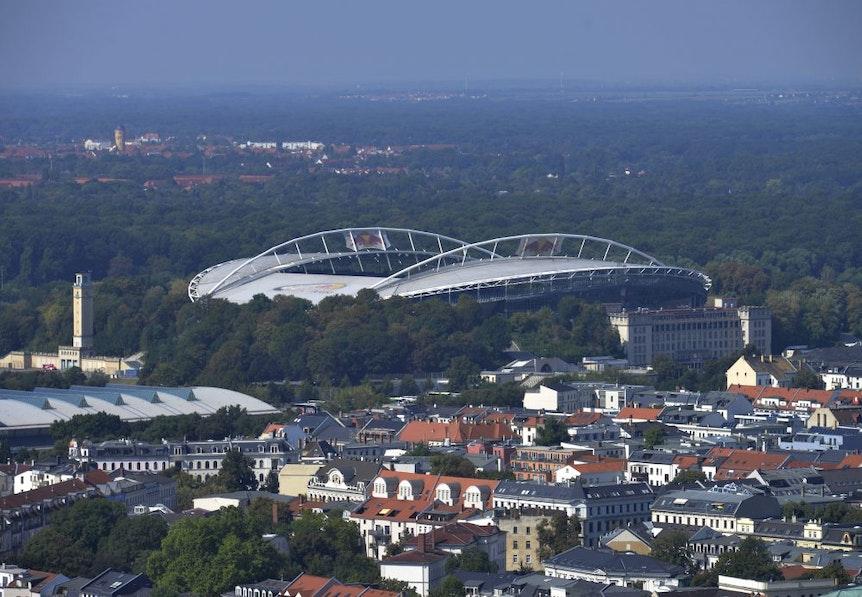 Nur unbeleuchtet eine Kulisse für Legida: die Red Bull Arena zu Leipzig.