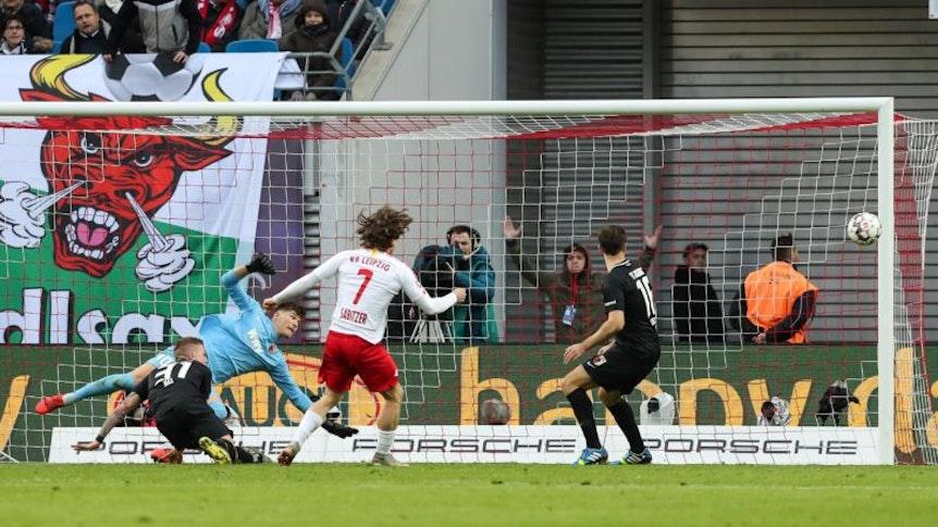 Rein wollte der Ball beim Spiel zwischen RB Leipzig und dem FC Augsburg nicht.