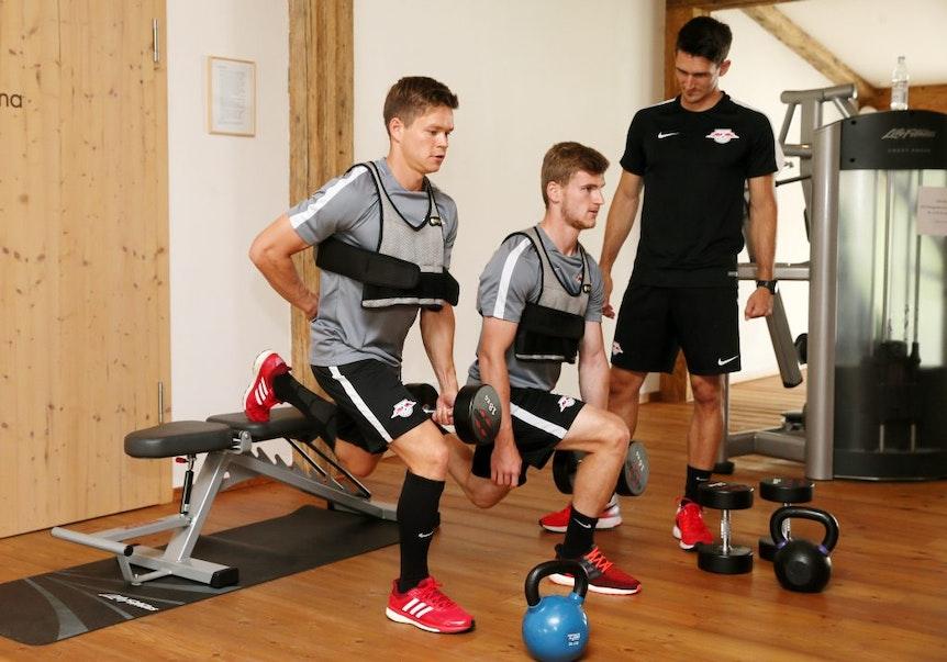 Stabilisationstraining: Timo Werner (Mitte) und Kapitän Dominik Kaiser mit Athletiktrainer Nicklas Dietrich (Archivfoto: Gepa-Pictures)