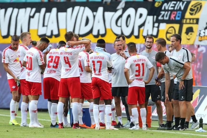 Während einer Trink- und Erfrischungspause kann Ralf Rangnick den Spielern von RB Leipzig auch gut noch mal ein paar taktische Hinweise mitgeben.