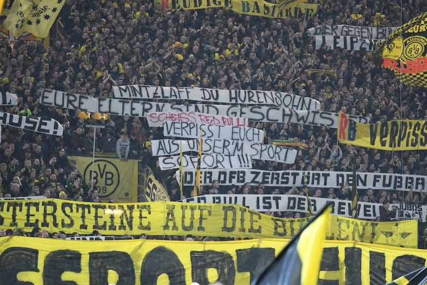 Das Fanprojekt Dortmund sieht keinen direkten Zusammenhang zwischen Bannern und Gewaltaktionen vor dem Stadion.