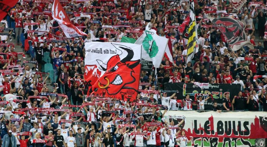 Der Fanblock war beim Spiel gegen Salzburg voll. Im Rest des Stadions von RB Leipzig blieb es vergleichsweise leer.