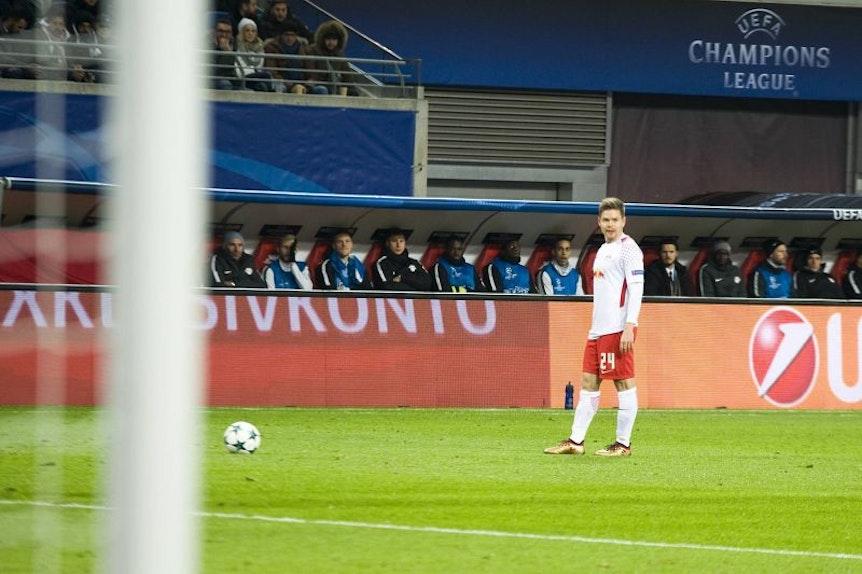Früher ganz normal, inzwischen ein Bild mit Seltenheitswert: Dominik Kaiser bei der Ausführung eines Standards, nun auch in der Champions League.