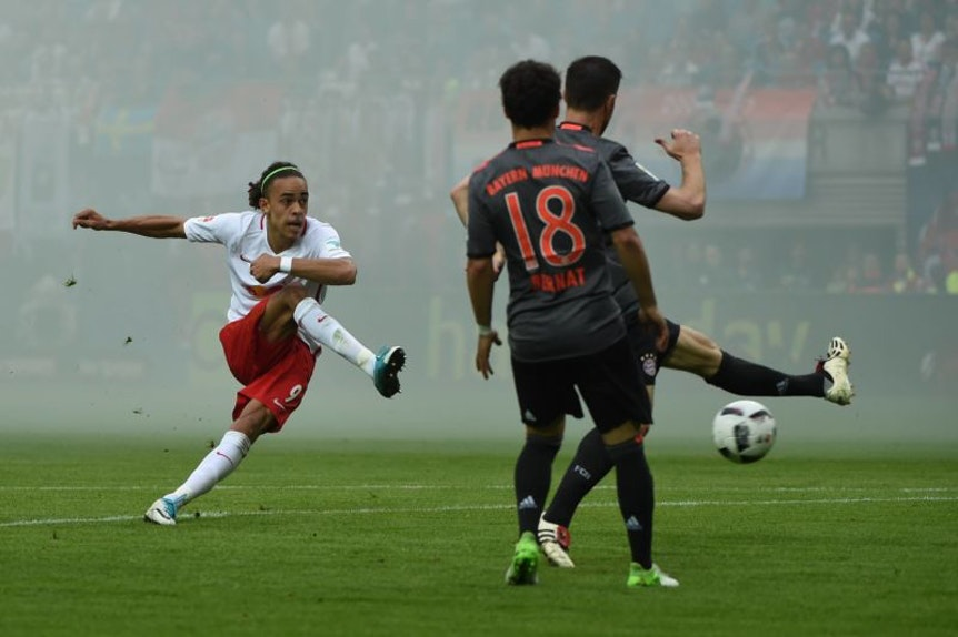 Schuss im Pyro-Nebel aus dem Bayern-Block: Yussuf Poulsen trifft zum 3:1 gegen den FC Bayern.
