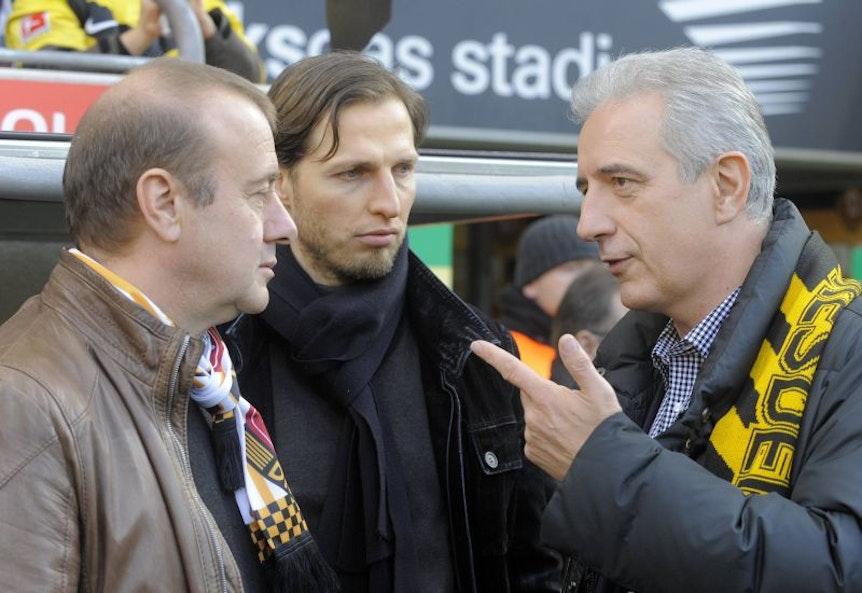 Stanislaw Tillich (re., hier im Gespräch mit Verantwortlichen von Dynamo Dresden) hat mit dem schwarz-gelben Schal auch so seine Erfahrungen.