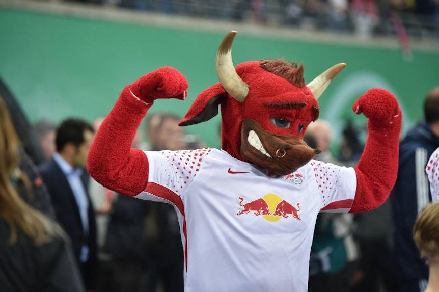 Bulli lässt nicht nur im Stadion die Muskeln spielen, sondern taucht auch bei öffentlichen Aktionen auf.