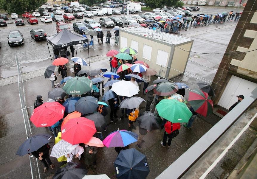 Bei Topspielen in der Red Bull Arena stehen die Fans von RB Leipzig auch im Regen Schlange, um an Tickets zu kommen.