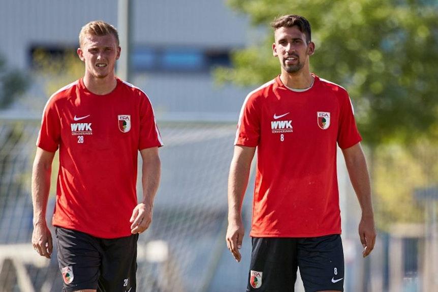 Die Ex-Spieler von RB Leipzig Rani Khedira (rechts) und Georg Teigl starten mit dem FC Augsburg erfolgreich in die Saison.