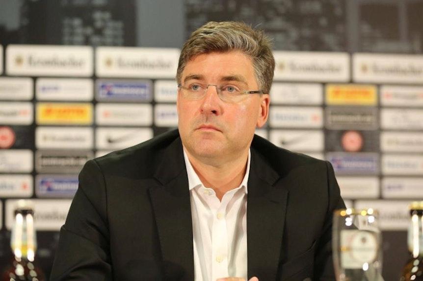 Eintracht Frankfurts Axel Hellmann kann Fans, die beim Spiel gegen RB Leipzig gegen den Montagstermin protestieren, verstehen.