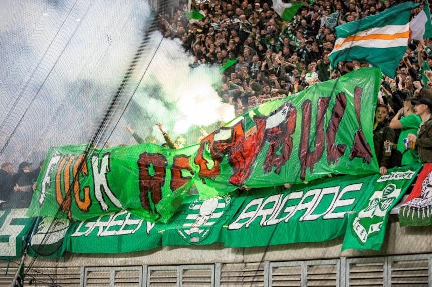 Pyrotechnik und Anti-Red-Bull-Banner. Celtic-Fans beim Auswärtsspiel bei RB Leipzig.