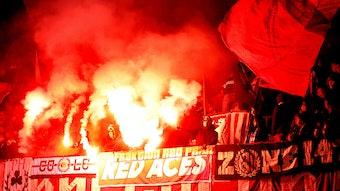 Feuer im Block: Rund um das Capo-Podest brannten einige RB-Fans in Paderborn Pyrotechnik ab.
